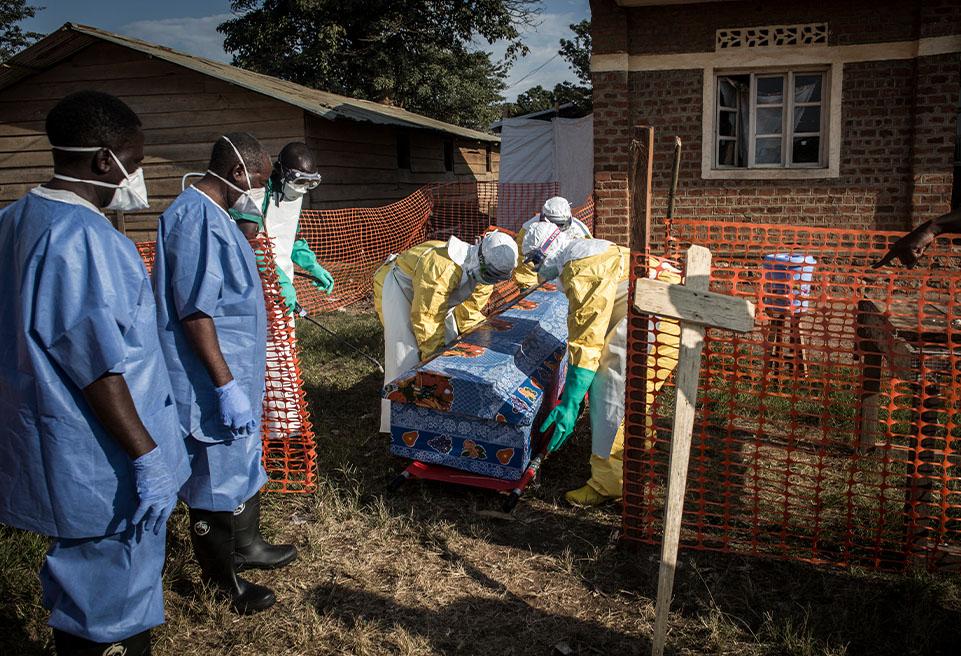 Le personnel médical d'ALIMA s'assure que le protocole médical est respecté lorsqu'il soulève le cercueil du patient décédé d'un virus Ebola