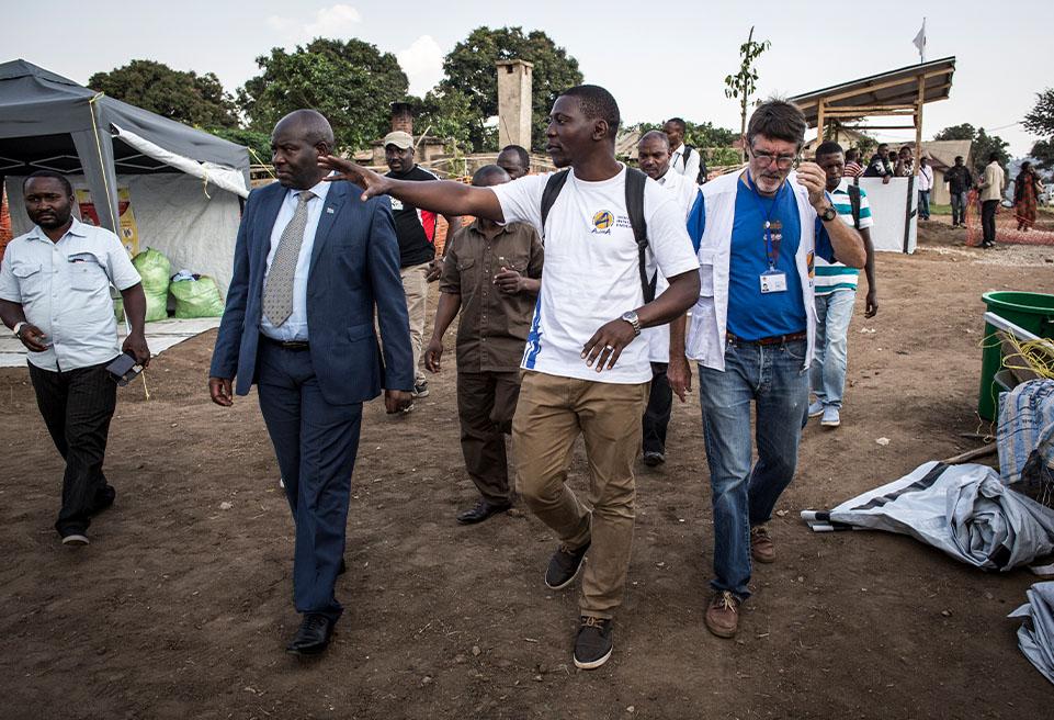 Le gouverneur de Beni, Julien Paluku Kahongya(L), visite le Centre de traitement , soutenu par ALIMA, le 15 août 2018