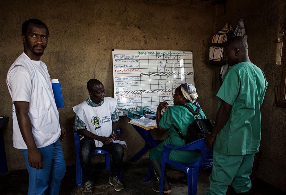 Le personnel d'ALIMA discute des procédures médicales de la journée avec le personnel médical du Centre de traitement