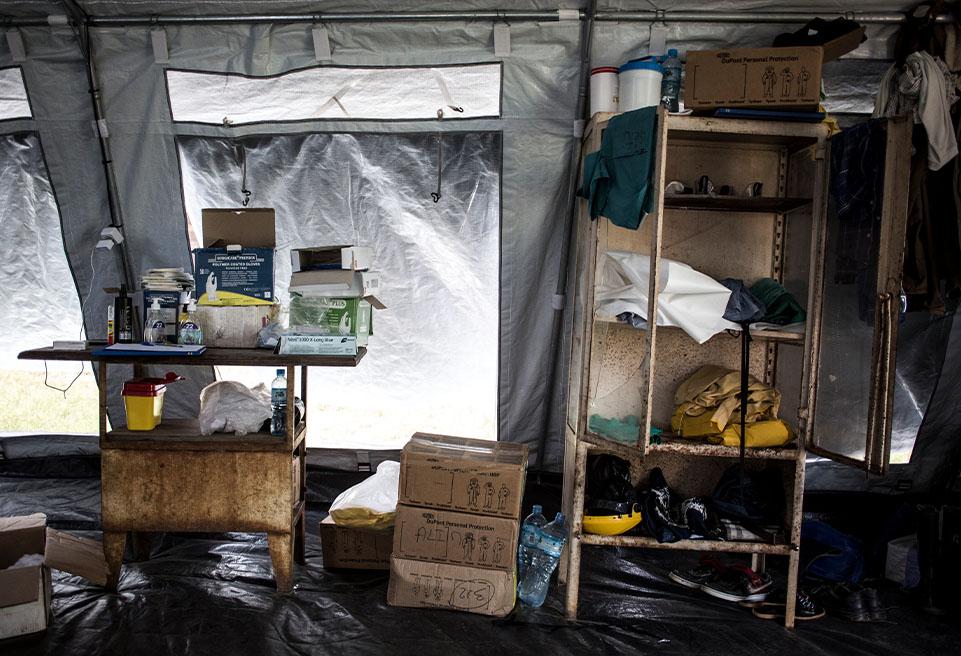 Matériel médical à l'intérieur du centre de traitement Ebola