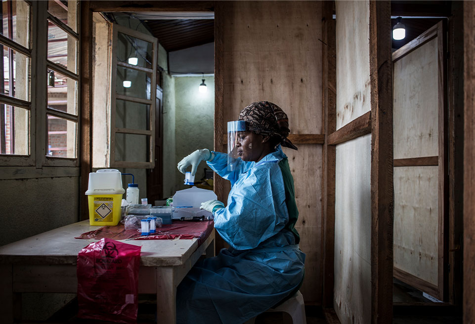 Un employé de laboratoire est en train d'effectuer des tests dans le centre de traitement à l'intérieur de l'hôpital général de Beni