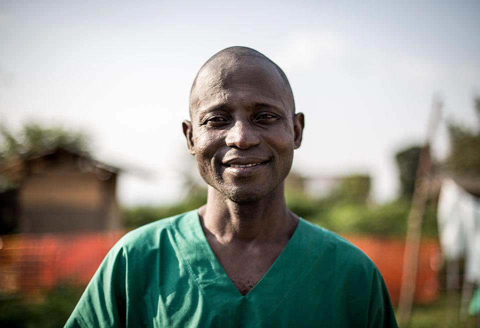 Camdra Alseny Modet, membre d'ALIMA et responsable du centre de traitement à l'intérieur de l'hôpital général de Beni, après avoir effectué des contrôles sur des patients atteints par le virus Ebola