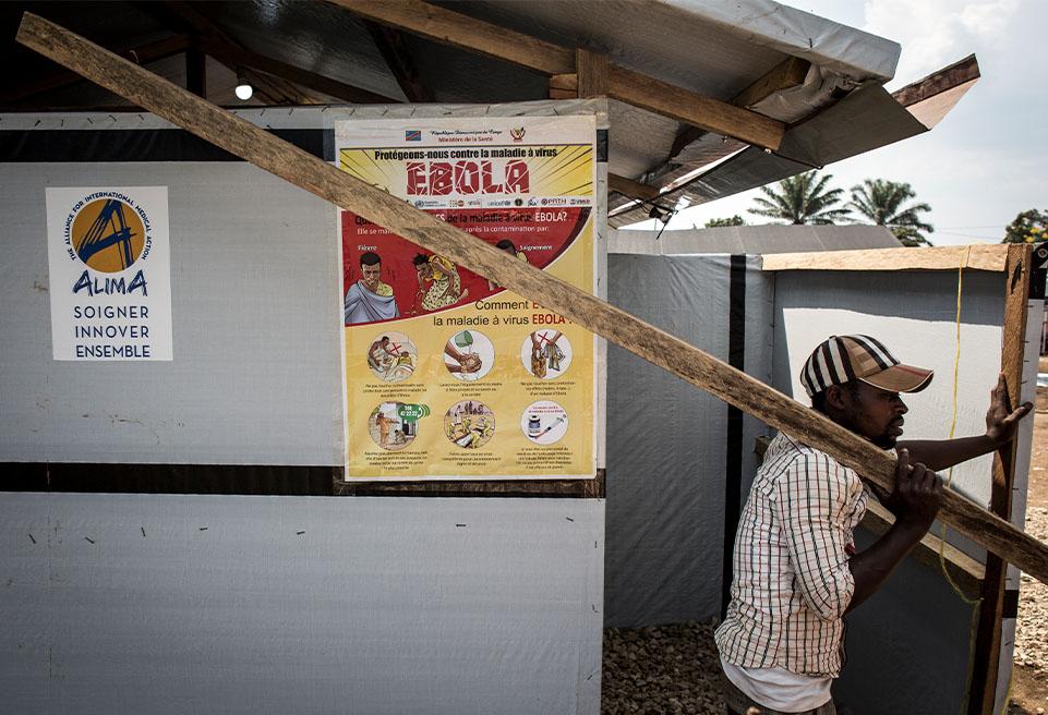 L'entrée du Centre de traitement du virus Ebola (CTE) d'ALIMA en août 2018 à Beni, dans la province de l'Ituri du Nord. Le CTE accueillera dix unités de soins d'urgence biosécurisés (CUBE)