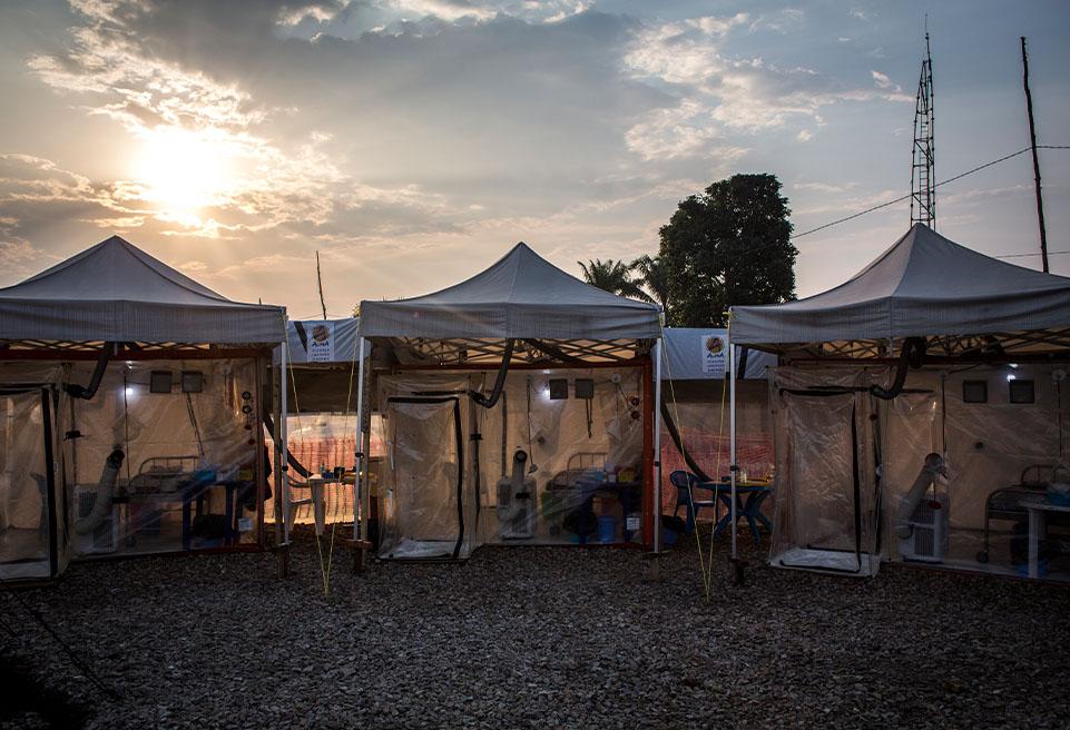 Le CTE accueillera dix unités de soins d'urgence biosécurisés (CUBE), qui seront utilisées pour la 1ère fois pour traiter les patients atteints d'Ebola et qui sont actuellement construites par ALIMA