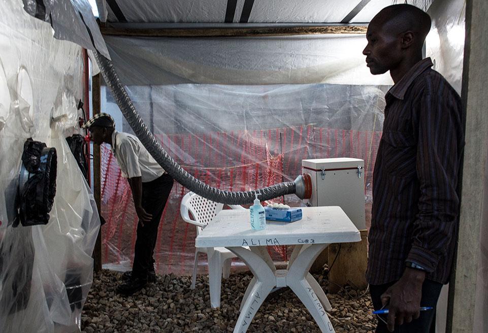 RDC6.Un membre de la famille rend visite à un patient atteint d'Ebola dans une CUBE