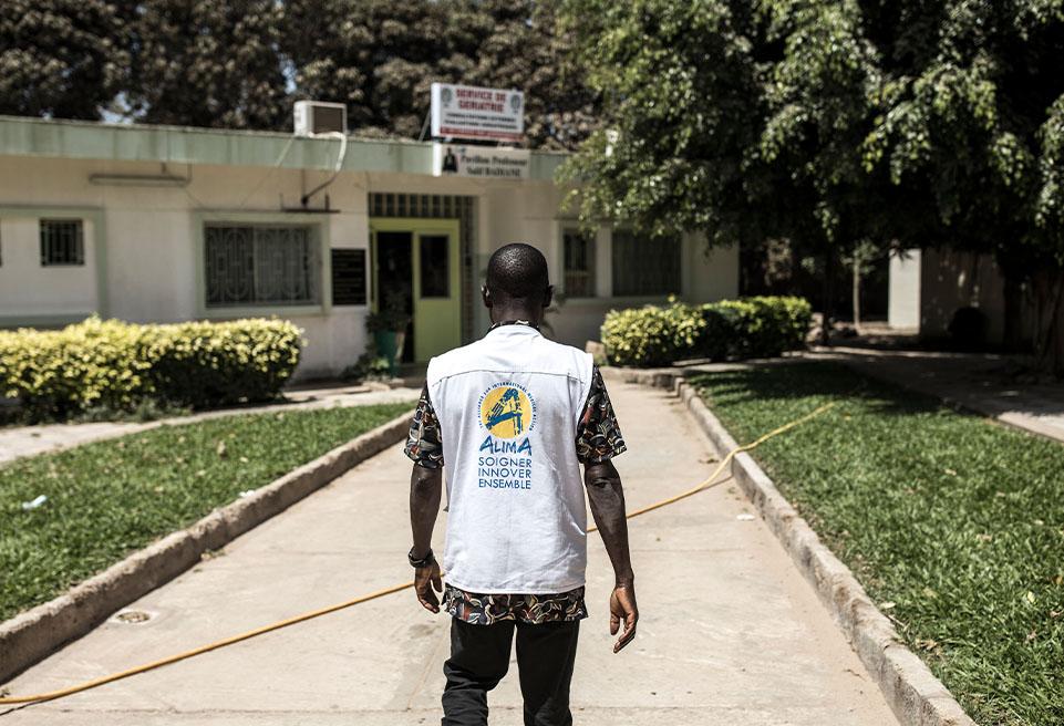 SENEGAL_0005_JOW24.Dr. Modet Camara, responsable du centre de traitement ALIMA à l'hôpital de Fann, entre dans le service qui héberge et traite les patients confirmés