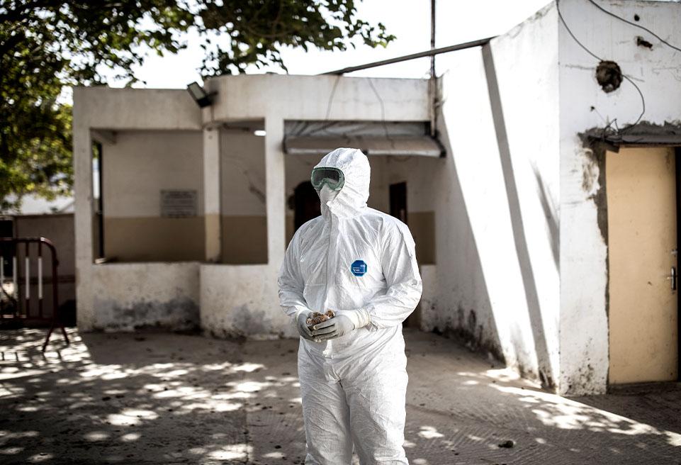 Astou Diop, infirmière, en équipement de protection avant de procéder aux contrôles des patients infectés