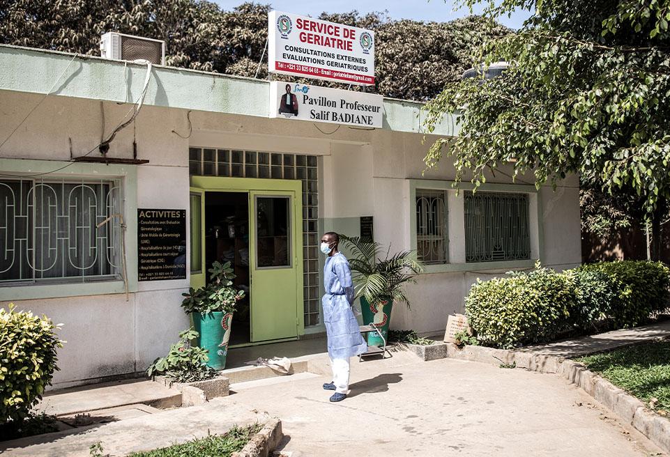 Un hygiéniste travaillant pour le ministère sénégalais de la santé devant le service s'occupant des patients confirmés atteints du virus à l'hôpital Fann de Dakar