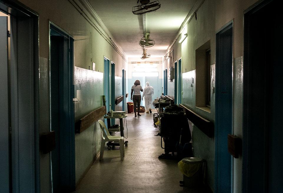 Astou Diop, infirmière, conduit Amira Damingo hors de la salle des cas confirmés après qu'elle ait été déclarée guérie de la COVID-19