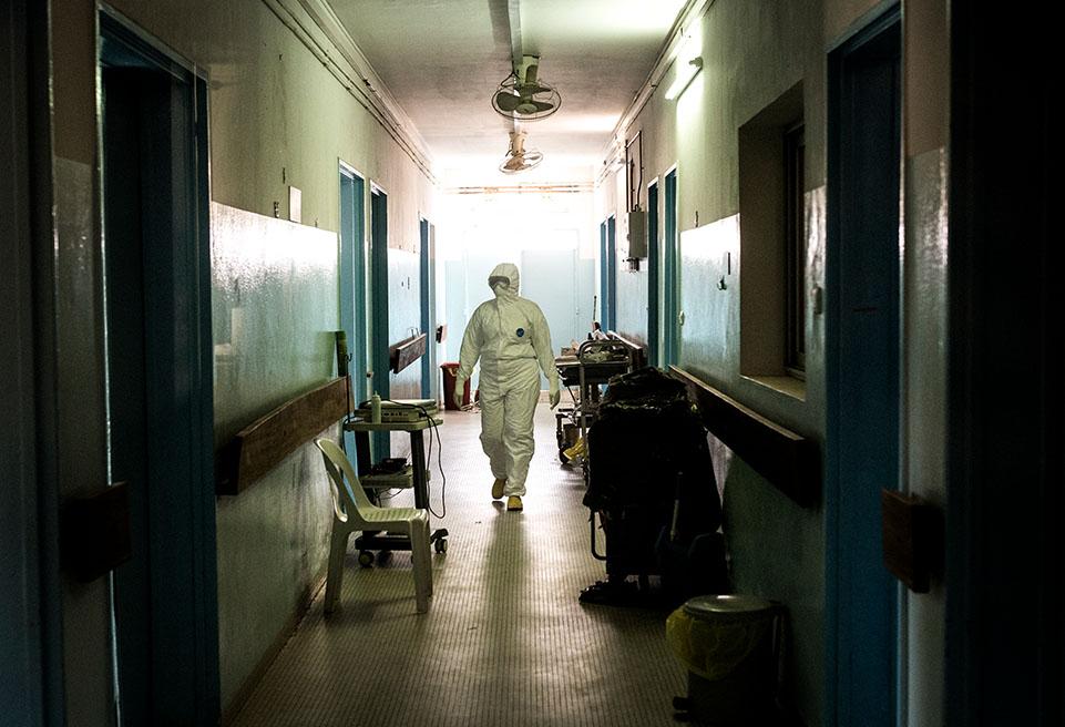 Astou Diop, infirmière s'occupe des patients infectés par la COVID-19 à l'hôpital Fann de Dakar en avril 2020. ALIMA en collaboration avec l'hôpital prend en charge des cas suspects et confimés